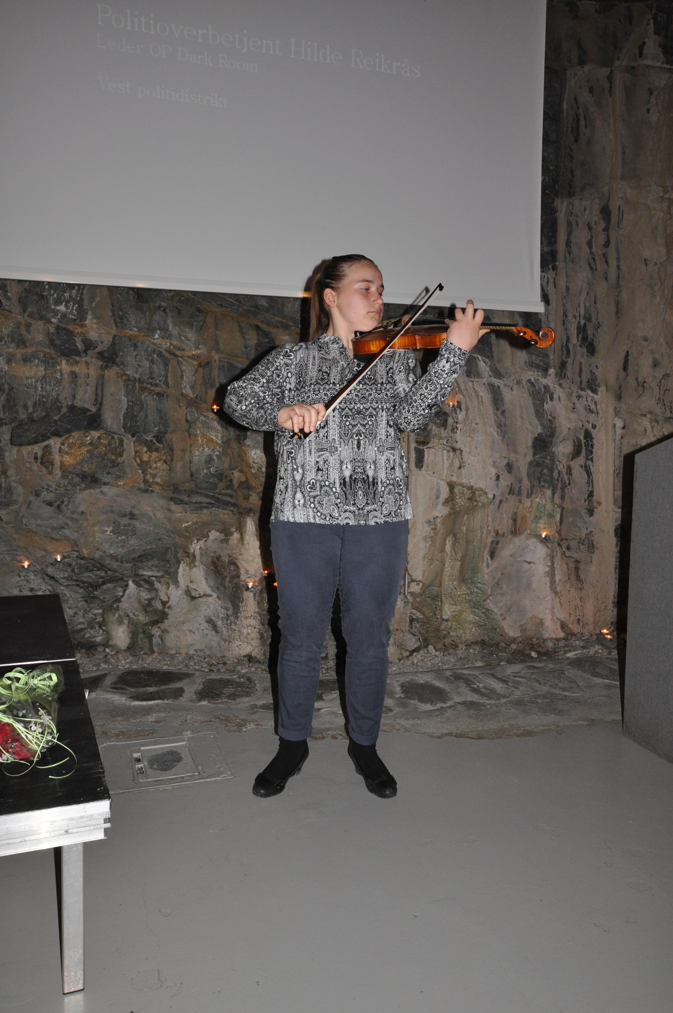Sara Belic, frå bømlo kommunale musikkskule kom det ein talentfull ungdom og fiolinvirtous og underheldt.