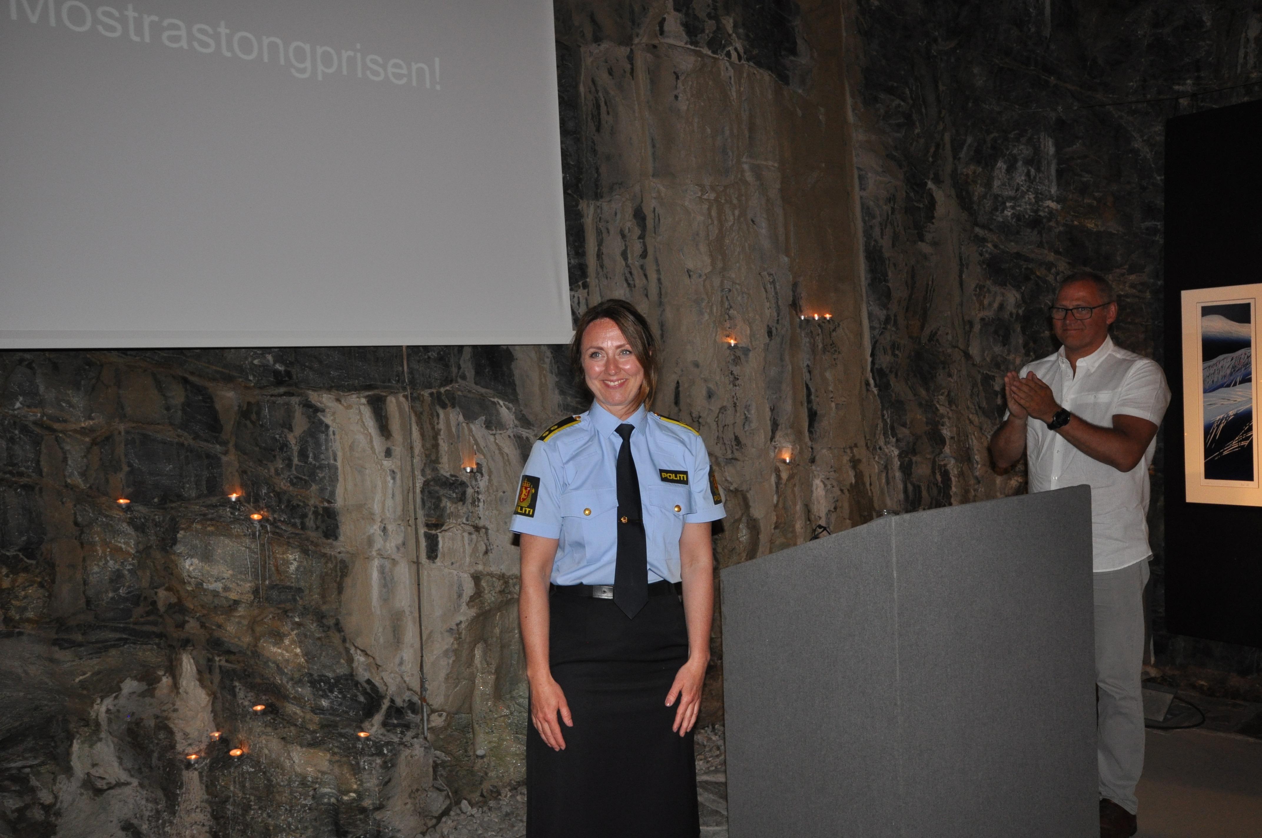 Hilde Reikrås med eit sterkt og tankjevekkande foredrag.  (Styremedlem Frode Larsen i bakgrunnen)