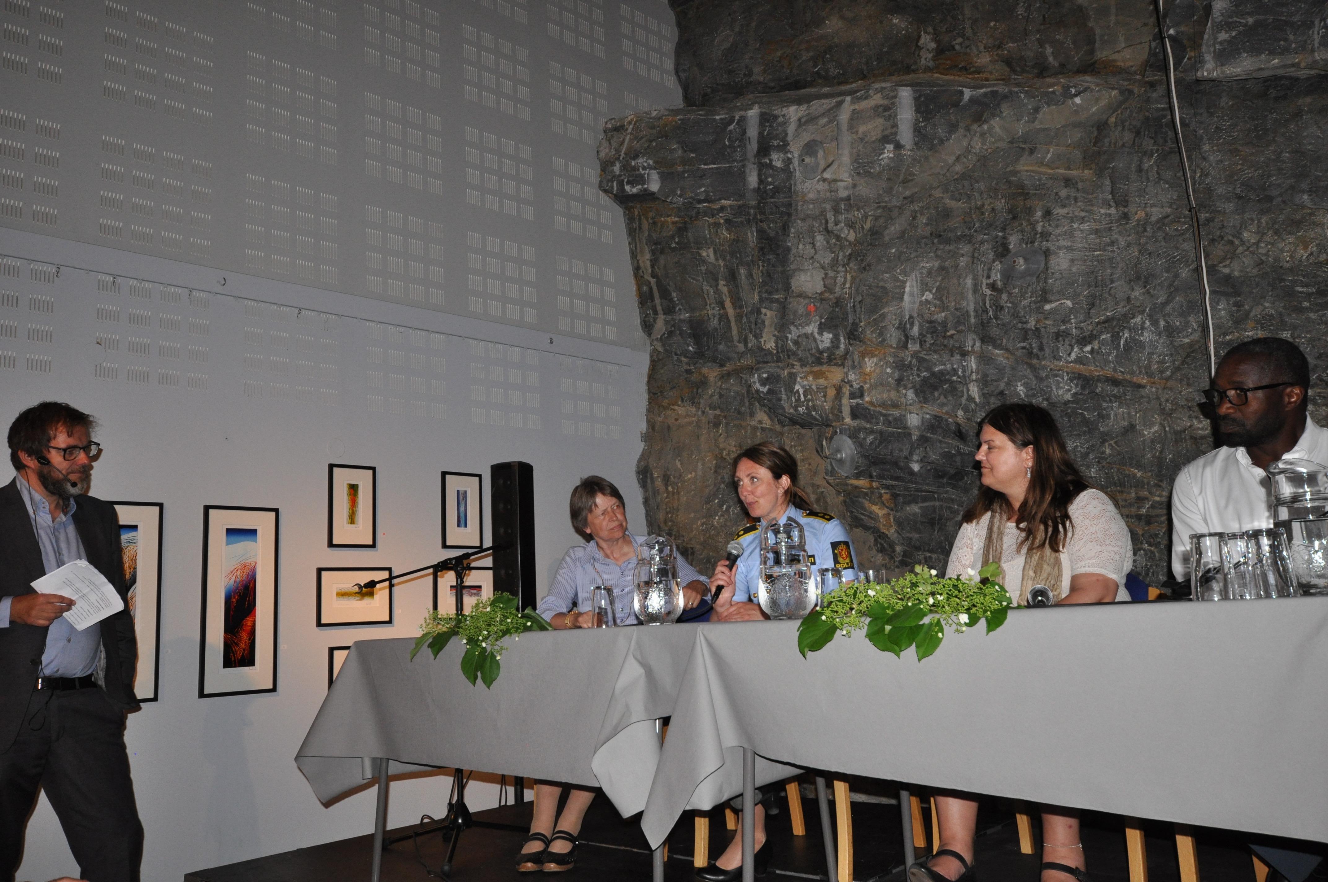 Ein drivande dyktig debattleiar Halvor Folgerø og eit panel som var engasjerte