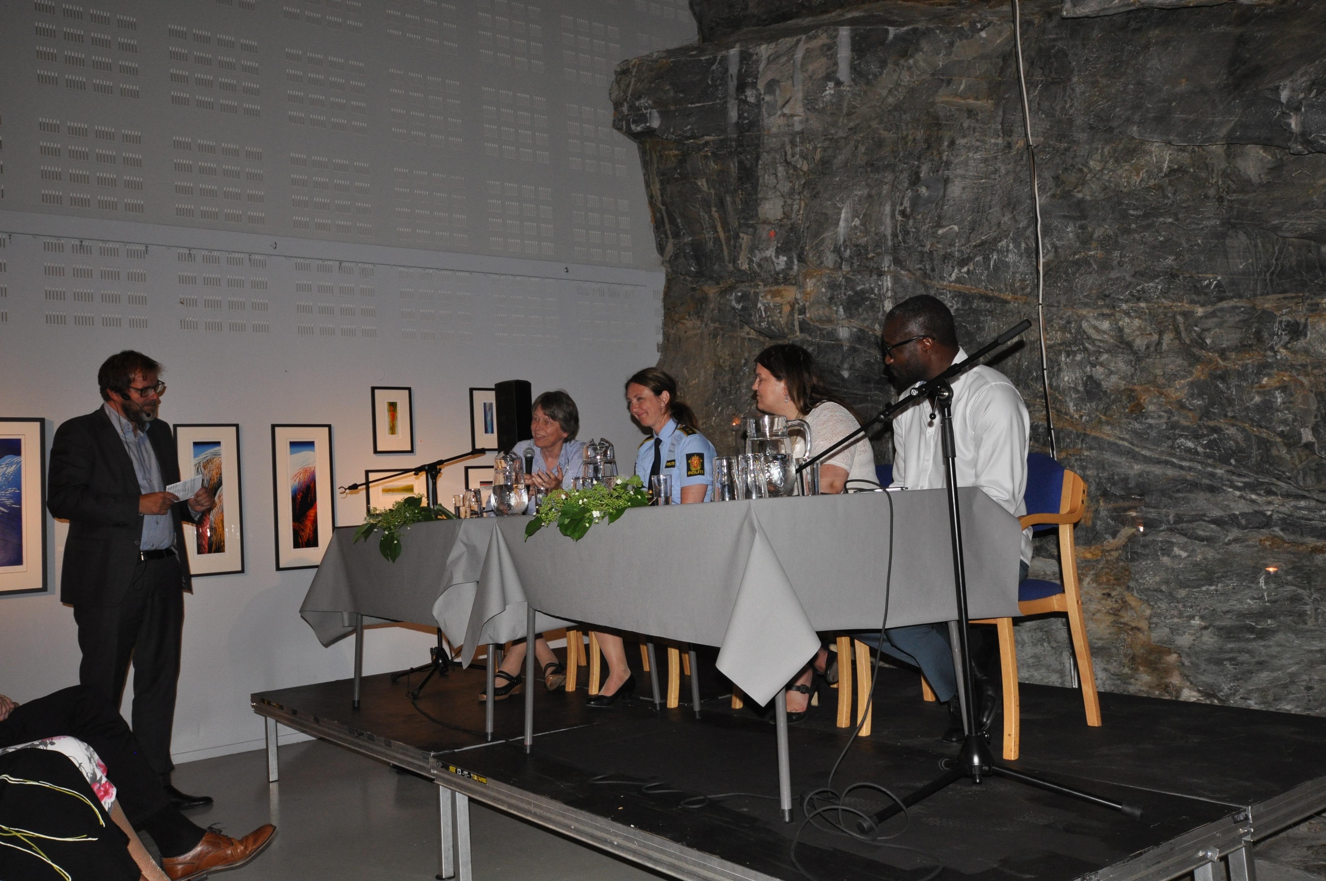 Halvor Folgerø leia ein god debatt Panelet: Hanne Sofie Greve, Hilde Reikrås, Birthe Eriksen og Famara Alieu Sanyang
